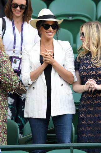 Как и с чем носить: белый двубортный пиджак в вертикальную полоску, черная майка, темно-синие джинсы скинни, бежевая соломенная шляпа