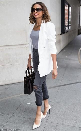 Как и с чем носить: белый двубортный пиджак, серая майка, темно-серые рваные джинсы, белые кожаные туфли