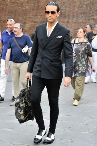 Тандем черного двубортного пиджака и черных брюк чинос позволит реализовать в твоем луке городской стиль современного мужчины. В тандеме с этим луком органично выглядят черно-белые кожаные броги.