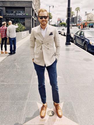 Как и с чем носить: бежевый двубортный пиджак, белая рубашка с длинным рукавом, темно-синие брюки чинос, светло-коричневые кожаные оксфорды