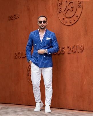 Как и с чем носить: синий двубортный пиджак в вертикальную полоску, розовая рубашка с длинным рукавом, белые брюки чинос, белые кожаные низкие кеды