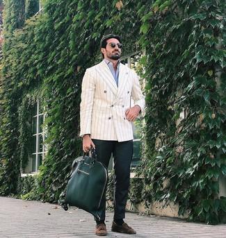 Как и с чем носить: бежевый двубортный пиджак в вертикальную полоску, голубая рубашка с длинным рукавом, темно-зеленые брюки чинос, коричневые замшевые лоферы с кисточками