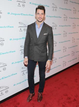 Как и с чем носить: темно-серый двубортный пиджак, голубая рубашка с длинным рукавом, темно-синие брюки чинос, коричневые кожаные монки с двумя ремешками
