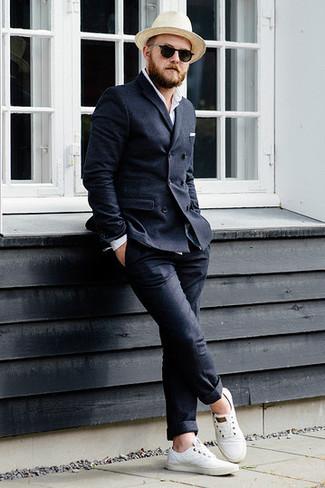 Как и с чем носить: темно-серый шерстяной двубортный пиджак, белая рубашка с длинным рукавом, темно-серые шерстяные брюки чинос, белые низкие кеды из плотной ткани