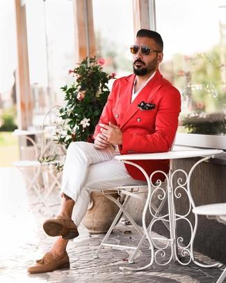 Как и с чем носить: красный двубортный пиджак, белая рубашка с длинным рукавом, белые брюки чинос, светло-коричневые замшевые лоферы с кисточками