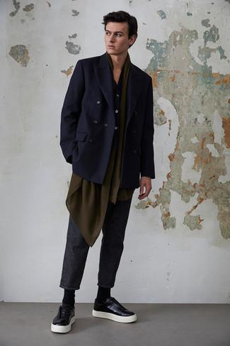 Темно-синяя рубашка с длинным рукавом: с чем носить и как сочетать мужчине: Темно-синяя рубашка с длинным рукавом и темно-серые брюки чинос в вертикальную полоску прочно закрепились в гардеробе многих молодых людей, помогая создавать яркие и комфортные ансамбли. В тандеме с этим образом наиболее выигрышно выглядят черные кожаные низкие кеды.