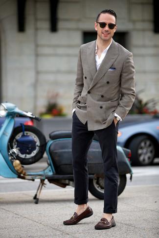 Белая рубашка с длинным рукавом: с чем носить и как сочетать мужчине: Белая рубашка с длинным рукавом и темно-синие брюки чинос — идеальный вариант, если ты ищешь лёгкий, но в то же время стильный мужской лук. Если ты предпочитаешь смелые настроения в своих ансамблях, заверши этот темно-коричневыми кожаными лоферами.
