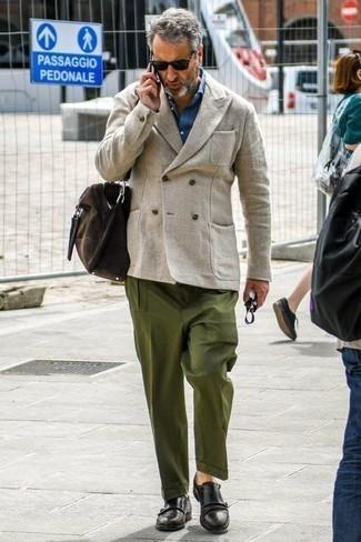 Модные мужские луки 2020 фото: Бежевый льняной двубортный пиджак и оливковые брюки чинос — прекрасное решение для свидания или встречи с друзьями. Думаешь сделать образ немного строже? Тогда в качестве обуви к этому луку, выбирай черные кожаные монки с двумя ремешками.