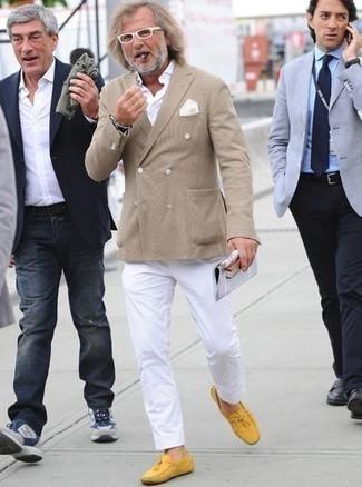 Модные мужские луки 2020 фото: Светло-коричневый двубортный пиджак и белые брюки чинос отлично впишутся в любой мужской ансамбль — простой будничный ансамбль или же утонченный вечерний. Такой образ несложно приспособить к повседневным условиям городской жизни, если дополнить его желтыми кожаными мокасинами.