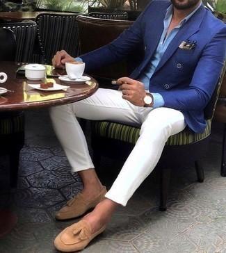 Синий двубортный пиджак: с чем носить и как сочетать мужчине: Сочетание синего двубортного пиджака и белых брюк чинос — незаезженный выбор для джентльменов, работающих в офисе. Не прочь сделать образ немного строже? Тогда в качестве обуви к этому ансамблю, обрати внимание на светло-коричневые замшевые лоферы с кисточками.