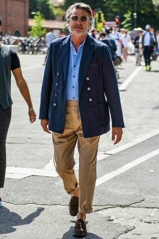 Темно-коричневые замшевые лоферы: с чем носить и как сочетать мужчине: Если ты принадлежишь к той немногочисленной группе парней, неплохо ориентирующихся в моде, тебе подойдет лук из темно-синего двубортного пиджака и светло-коричневых брюк чинос. Не прочь добавить в этот ансамбль толику строгости? Тогда в качестве обуви к этому образу, стоит обратить внимание на темно-коричневые замшевые лоферы.