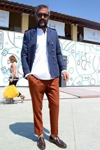 Темно-коричневые кожаные лоферы с кисточками: с чем носить и как сочетать: Темно-синий двубортный пиджак и оранжевые брюки чинос выигрышно впишутся в любой мужской образ — расслабленный повседневный образ или же элегантный вечерний. Хочешь добавить в этот лук толику изысканности? Тогда в качестве дополнения к этому ансамблю, стоит выбрать темно-коричневые кожаные лоферы с кисточками.