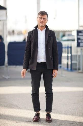 Черный двубортный пиджак: с чем носить и как сочетать мужчине: Создав лук из черного двубортного пиджака и темно-серых брюк чинос, получишь подходящий мужской лук для полуформальных мероприятий после работы. И почему бы не привнести в этот образ на каждый день немного консерватизма с помощью темно-красных кожаных туфель дерби?