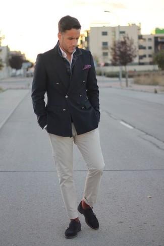 Как и с чем носить: темно-серый двубортный пиджак, белая рубашка с длинным рукавом, белые брюки чинос, темно-серые замшевые монки с двумя ремешками