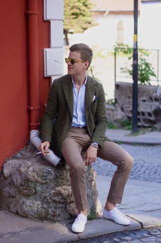 Как и с чем носить: оливковый двубортный пиджак, голубая рубашка с длинным рукавом, коричневые брюки чинос, белые низкие кеды