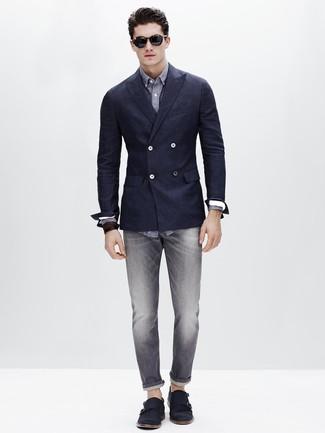 Если ты из той когорты молодых людей, которые одеваются по моде, тебе понравится сочетание темно-синего двубортного пиджака и серых джинсов. Хотел бы привнести в этот образ нотку классики? Тогда в качестве дополнения к этому образу, стоит обратить внимание на темно-синие замшевые монки с двумя ремешками.