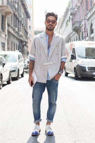 Если ты ценишь удобство и практичность, тебе понравится сочетание серого льняного двубортного пиджака и синих джинсов. Выбирая обувь, можно немного побаловаться и завершить образ бело-синими кожаными туфлями дерби.