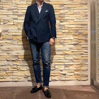 Как и с чем носить: темно-синий двубортный пиджак, белая рубашка с длинным рукавом в вертикальную полоску, темно-синие джинсы, черные кожаные лоферы с кисточками