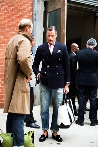 Как и с чем носить: темно-синий двубортный пиджак, розовая рубашка с длинным рукавом, синие рваные джинсы, черные замшевые лоферы
