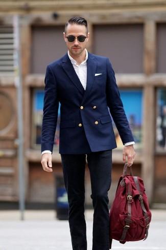 Темно-синий двубортный пиджак и черные джинсы помогут составить нескучный мужской образ для рабочего дня в офисе.