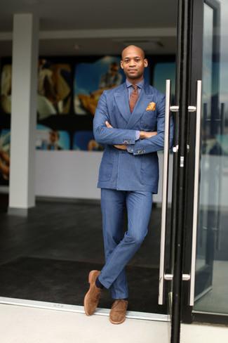Как и с чем носить: синий двубортный пиджак, синяя рубашка с длинным рукавом, синие классические брюки, светло-коричневые замшевые оксфорды