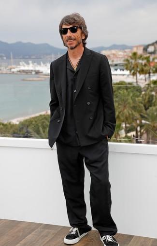 Как и с чем носить: черный двубортный пиджак, черная рубашка с длинным рукавом, черные классические брюки, черно-белые низкие кеды из плотной ткани