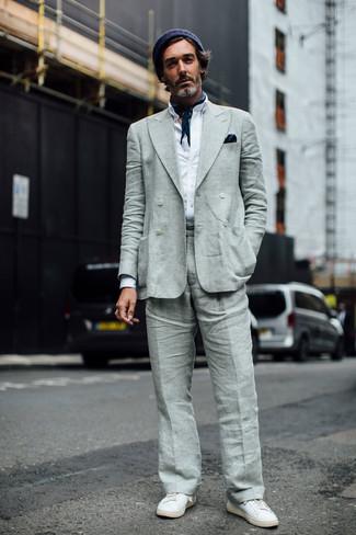 Как и с чем носить: серый льняной двубортный пиджак, белая рубашка с длинным рукавом, серые льняные классические брюки, белые кожаные низкие кеды
