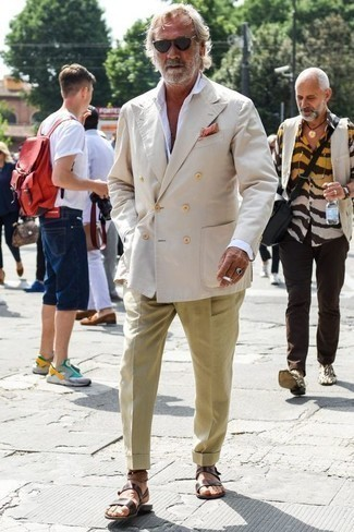 Модные мужские луки 2020 фото: Несмотря на то, что этот образ кажется довольно-таки консервативным, ансамбль из бежевого двубортного пиджака и светло-коричневых классических брюк всегда будет по душе джентльменам, неизбежно покоряя при этом сердца представительниц прекрасного пола. Чтобы лук не получился слишком претенциозным, можно надеть темно-коричневые кожаные сандалии.