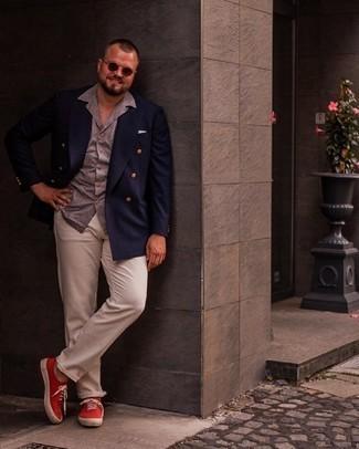 Мужские луки: Темно-синий двубортный пиджак в паре с бежевыми брюками чинос поможет подчеркнуть твою индивидуальность и выгодно выделиться из серой массы. Любишь незаурядные сочетания? Тогда заверши свой лук красными низкими кедами из плотной ткани.