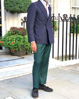 Черные замшевые лоферы с кисточками: с чем носить и как сочетать: Несмотря на то, что это классический образ, сочетание темно-синего двубортного пиджака и темно-зеленых классических брюк приходится по вкусу стильным молодым людям, а также покоряет дамские сердца. Ты сможешь легко приспособить такой лук к повседневным реалиям, завершив его черными замшевыми лоферами с кисточками.