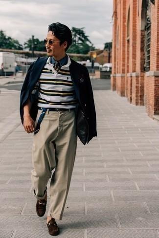С чем носить белый свитер с воротником поло в горизонтальную полоску мужчине: Белый свитер с воротником поло в горизонтальную полоску в паре со светло-коричневыми брюками чинос — замечательный пример вольного офисного стиля для парней. Любители необычных луков могут завершить лук темно-коричневыми замшевыми лоферами, тем самым добавив в него немного изысканности.