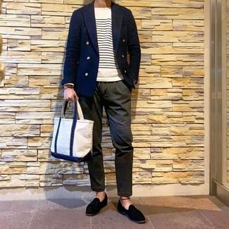 Как и с чем носить: темно-синий двубортный пиджак, бело-темно-синий свитер с круглым вырезом в горизонтальную полоску, оливковые брюки чинос, черные замшевые лоферы с кисточками