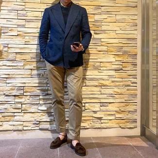 Модный лук: темно-синий двубортный пиджак, черный свитер с круглым вырезом, светло-коричневые брюки чинос, темно-коричневые замшевые лоферы с кисточками