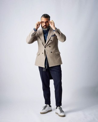 Как одеваться мужчине за 50: Если ты принадлежишь к той редкой категории джентльменов, которые каждый день смотрятся с иголочки, тебе подойдет образ из бежевого двубортного пиджака и темно-синих брюк чинос. Такой ансамбль легко адаптировать к повседневным нуждам, если завершить его белыми кожаными низкими кедами.