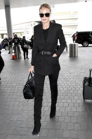 Как и с чем носить: черный двубортный пиджак, черный свитер с круглым вырезом, черные джинсы скинни, черные замшевые ботфорты