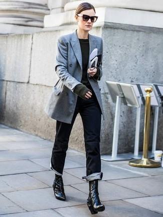 Как и с чем носить: серый двубортный пиджак, темно-зеленый свитер с круглым вырезом, черные джинсы, черные кожаные ботильоны