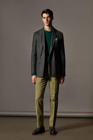 Модный лук: темно-серый шерстяной двубортный пиджак, темно-зеленый свитер с круглым вырезом, зеленая классическая рубашка в шотландскую клетку, оливковые классические брюки