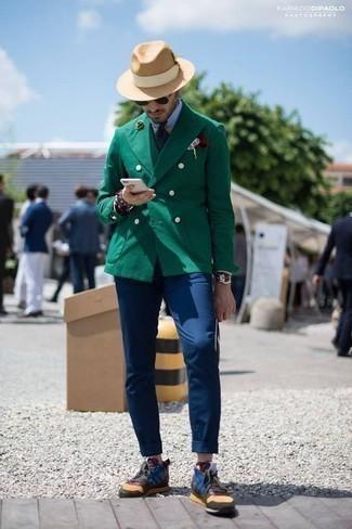 Темно-красный нагрудный платок: с чем носить и как сочетать: Темно-зеленый двубортный пиджак и темно-красный нагрудный платок — обязательные вещи в арсенале стильного мужчины. Почему бы не привнести в этот лук немного непринужденности с помощью разноцветных кроссовок?