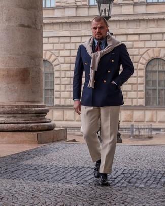 Мужские луки: Сочетание темно-синего двубортного пиджака и бежевых классических брюк поможет составить выразительный мужской лук. Пара черных кожаных лоферов с кисточками добавит облику расслабленности и беззаботства.