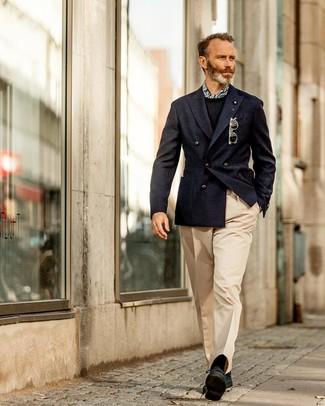 Как и с чем носить: темно-синий двубортный пиджак, черный свитер с круглым вырезом, бежевые классические брюки, черные замшевые туфли дерби