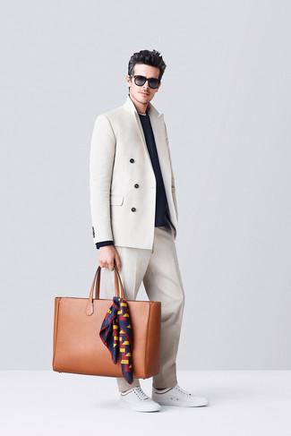 Как и с чем носить: бежевый двубортный пиджак, темно-синий свитер с круглым вырезом, бежевые классические брюки, белые низкие кеды