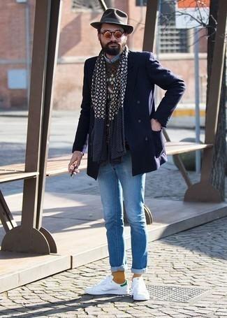 С чем носить бело-зеленые кожаные низкие кеды мужчине: Если ты из той когорты молодых людей, которые любят выглядеть с иголочки, тебе подойдет сочетание темно-синего двубортного пиджака и голубых джинсов. Завершив образ бело-зелеными кожаными низкими кедами, ты привнесешь в него свежие нотки.