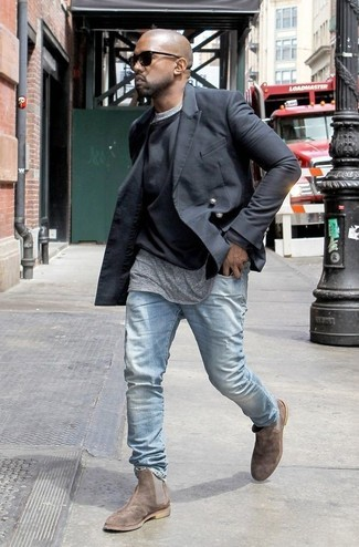 Как Kanye West носит Черный двубортный пиджак, Черный свитер с круглым вырезом, Серая футболка с круглым вырезом, Голубые джинсы