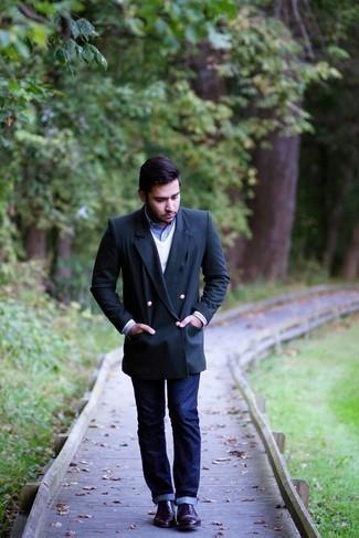 С чем носить темно-синие джинсы мужчине: Создав образ из темно-синего двубортного пиджака и темно-синих джинсов, получим подходящий мужской образ для неофициальных мероприятий после работы. Если ты любишь использовать в своих образах разные стили, на ноги можно надеть темно-пурпурные кожаные туфли дерби.