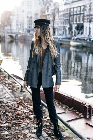 Как и с чем носить: серый двубортный пиджак, золотой свитер с v-образным вырезом, черные узкие брюки, черные замшевые ботинки на шнуровке