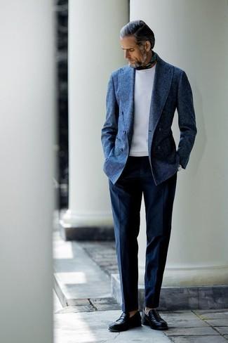 Оливковая бандана: с чем носить и как сочетать мужчине: Темно-синий шерстяной двубортный пиджак и оливковая бандана — прекрасный вариант, если ты ищешь расслабленный, но в то же время стильный мужской образ. Хотел бы сделать образ немного элегантнее? Тогда в качестве обуви к этому луку, выбирай черные кожаные лоферы.