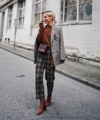 Как и с чем носить: серый двубортный пиджак в шотландскую клетку, табачный свободный свитер, темно-коричневые брюки-галифе в клетку, табачные кожаные ботильоны