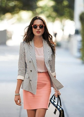 Как и с чем носить: бело-черный двубортный пиджак в вертикальную полоску, розовый топ без рукавов, розовая юбка-карандаш, бело-черная кожаная сумка-саквояж