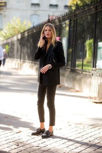 Как и с чем носить: черный двубортный пиджак в вертикальную полоску, коричневые кожаные узкие брюки, черные кожаные оксфорды, черный замшевый клатч