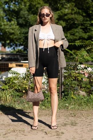 Как и с чем носить: коричневый двубортный пиджак в клетку, белый укороченный топ, черные велосипедки, черные кожаные сабо